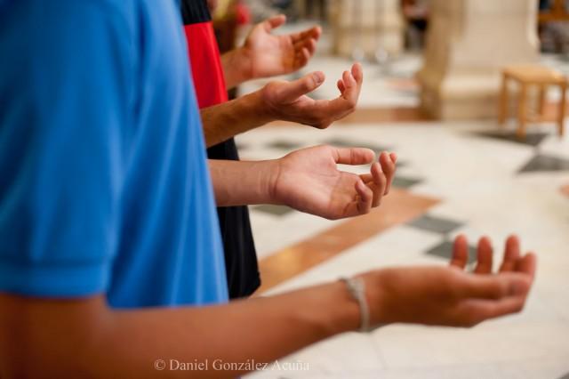 Jóvenes orando durante la misa