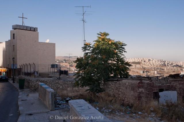 Edificio habitado por cristianos. A la derecha, al fondo, un asentamiento israelí