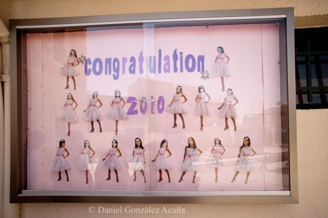Cartel festivo dedicado a las alumnas que han terminado sus estudios