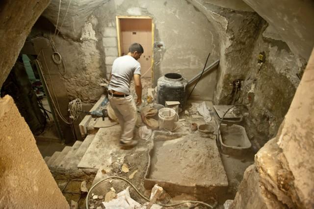 Un operario trabaja en la rehabilitación de una casa