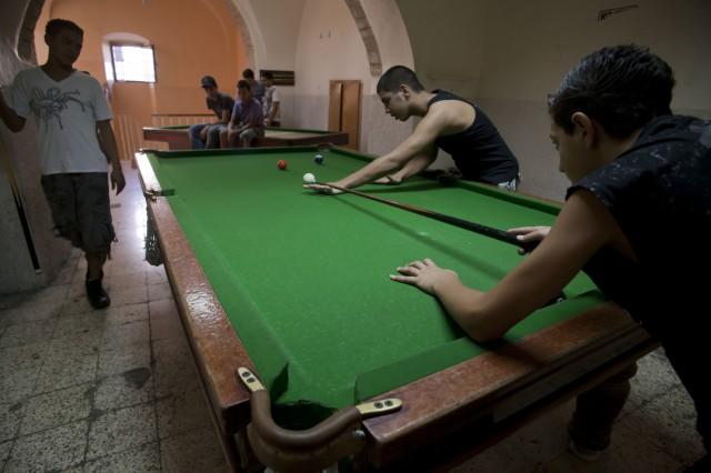 Jóvenes juegan al billar en el centro arab catholic scouts