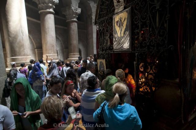 Peregrinos entrando en la capillita copta situada en la parte trasera del Santo Sepulcro