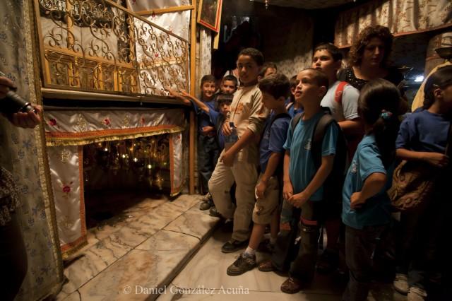 Niños de un campamento de verano visitando la cueva de la Natividad