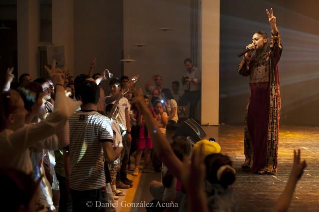 Shadia Mansour ante un entregado público de jóvenes