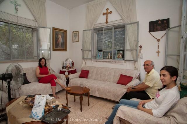 Familia Tavitian.  Sólo el padre tiene permiso para ir a Jerusalén. Tienen una hija monja en Jerusalén y sólo él puede visitarla.