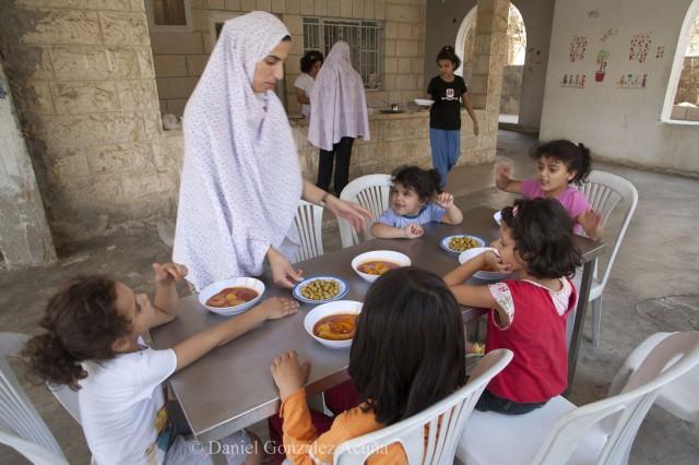 Almuerzo de las niñas de menor edad en el Hogar Lázaro