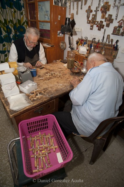 De derecha a izquierda, los frailes Sante Nuccio (91 años) y Justo Artaraz (83) son la memoria viva de los últimos 60 años de la historia de Israel. Sus vidas están plagadas de relatos de guerra, sufrimiento y dolor
