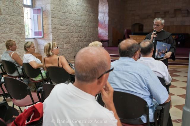 Charla del padre Artemio a un grupo de peregrinos llegados de Valencia