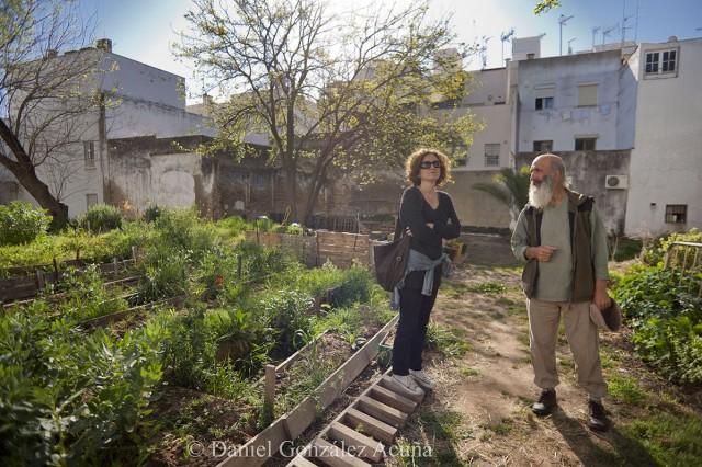 Alessandra y Luciano conversando en la zona de huertos comunitarios
